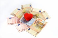 在金钱欧洲纸钞票的红色心脏注射器2014年11月1日 免版税库存照片