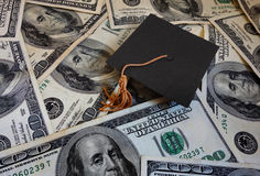 在金钱的毕业盖帽 免版税库存照片