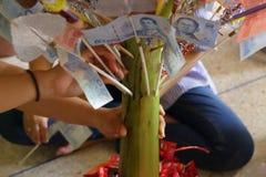 在金钱的泰国票据在泰国传统Kathin仪式的香蕉树 库存照片