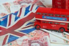 在金钱的英国旗子 免版税库存图片