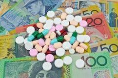 在金钱背景的药物 图库摄影