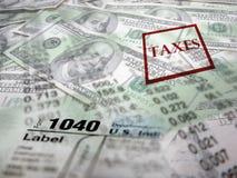 在金钱顶部的报税表 免版税库存图片