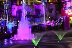 在金银岛旅馆和赌博娱乐场的五颜六色的喷泉展示在拉斯维加斯 库存图片