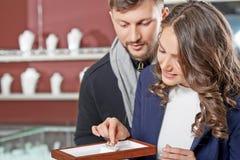 在金银手饰店的夫妇 免版税库存照片