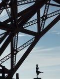 在金门大桥下的舞蹈家姿势 免版税库存图片