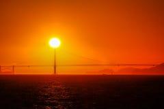 在金门大桥后的太阳设置在旧金山湾 库存图片