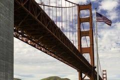 在金门大桥旁边的旗子 库存图片