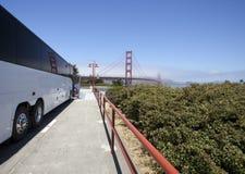 在金门大桥的白色游览宪章公共汽车 库存图片
