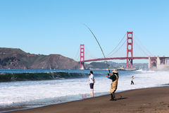 在金门桥旁边的渔夫在旧金山 免版税库存照片