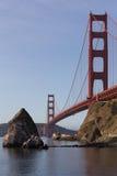 在金门桥附近的一个孤立岩石在日出光 圣Franci 免版税库存图片