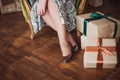 在金鞋子的妇女的脚在木地板背景 圣诞节 库存图片
