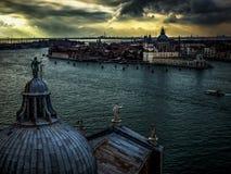 在金黄光下的威尼斯式建筑学 库存照片