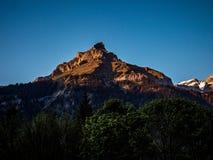 在金黄光,日落的山峰 图库摄影