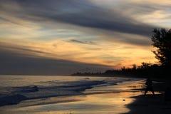 在金黄几小时日落的海岸线 免版税图库摄影