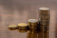 在金黄分配的套欧洲硬币 库存图片