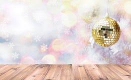 在金黄和银色闪烁球的木台式在白杉松树 寒假和圣诞节概念 钞票 库存图片