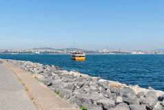 在金黄垫铁海湾的游览小船在伊斯坦布尔 库存图片