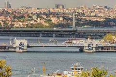 在金黄垫铁的看法有加拉塔桥梁和Atatà ¼ rk桥梁的在伊斯坦布尔 库存图片