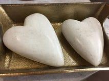 在金黄容器的光滑的岩石心脏 库存照片