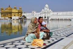 在金黄寺庙的家庭在印度 库存照片