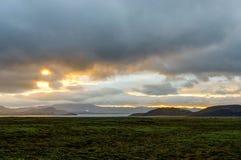 在金黄小时,在冰岛风景的日落与绿色青苔 免版税库存照片