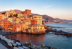 在金黄小时, Boccadasse,热那亚一个小海区, 免版税库存图片