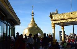 在金黄岩石的朝圣 Kyaiktiyo塔 星期一状态 缅甸 图库摄影