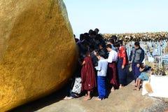 在金黄岩石附近的献身者 Kyaiktiyo塔 星期一状态 缅甸 库存图片
