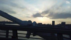在金黄桥梁的一次旅行,日落和海角egersheld的看法 股票视频