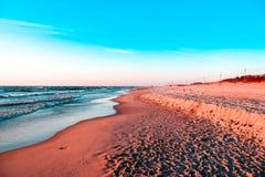 在金黄沙子背景的软的海海浪洗涤 免版税库存图片