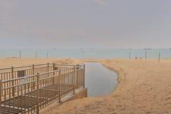 在金黄海滩的晴天在屯门 免版税库存照片