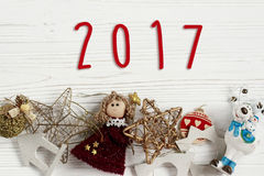 在金黄玩具圣诞节框架的2017个标志文本  装饰品borde 库存照片