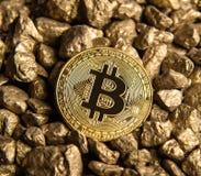 在金黄矿块堆的Bitcoin  库存图片