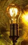 在金黄背景的电灯泡 免版税库存照片