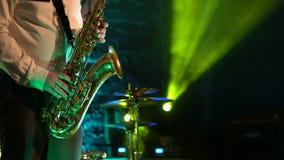 在金黄萨克斯管的萨克斯管吹奏者戏剧 生活表现 影视素材
