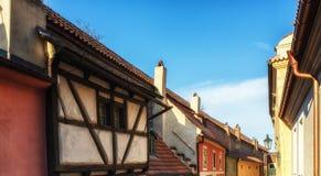 在金黄街道上的小的房子在Hrandcany城堡, Pragu里面 库存图片