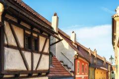 在金黄街道上的小的房子在Hrandcany城堡, Pragu里面 库存照片