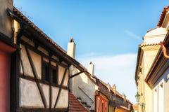 在金黄街道上的小的房子在Hrandcany城堡, Pragu里面 免版税库存图片