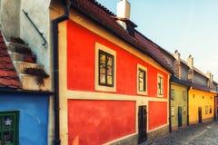 在金黄街道上的小的房子在Hrandcany城堡, Pragu里面 免版税库存照片