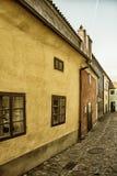 在金黄街道上的小的房子在Hrandcany城堡, Pragu里面 图库摄影