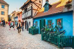 在金黄街道, Hrandcany城堡上的小的房子在布拉格,捷克 免版税库存照片