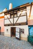 在金黄街道, Hrandcany城堡上的小的房子在布拉格,捷克 库存照片