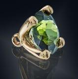 在金黄设置的鲜绿色宝石 免版税库存图片