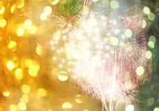 在金黄bokeh背景的新年烟花和有拷贝spac 图库摄影