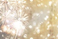 在金黄bokeh背景的新年烟花和有拷贝spac 免版税库存图片