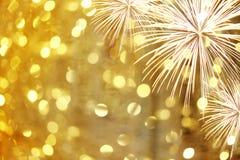 在金黄bokeh背景的新年烟花和有拷贝spac 库存图片