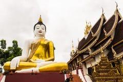 在金黄三角的大菩萨图象在Ubosot Wat王侯星期一Thian 免版税库存照片