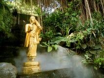 在金黄登上寺庙的菩萨雕象在曼谷,泰国 免版税库存图片