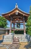 在金黄亭子的Kinkakuji寺庙的传统寺庙响铃在京都,日本 库存图片