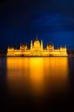 在金黄光,布达佩斯的匈牙利议会大厦 库存图片